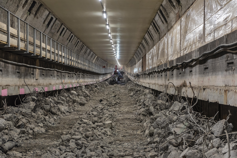<p>De Maastunnel is inclusief toeritten 1.373 meter lang. Het gesloten gedeelte heeft een lengte van 1.070 meter. Het verwijderen van de rijvloer uit de oostbuis vergde vijf weken.</p>