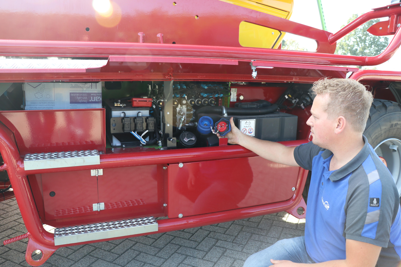 De accu's, vulopeningen van brandstof- en AdBlue-tank en testpoorten.