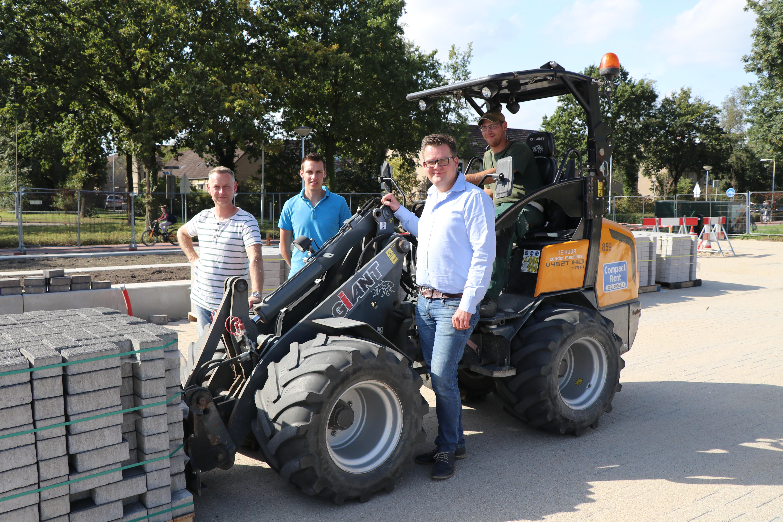 Van links naar rechts: Perry Vermeulen, Rick Roekevisch en Ivar Adding van De Enk en Johannes van der Veer van Compact Rent. Op de machine zit machinist Ivar Adding.