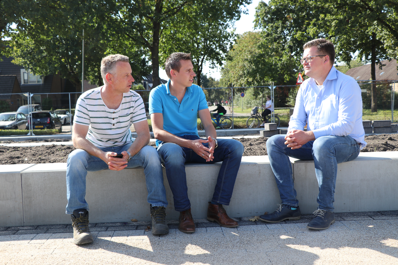 Perry Vermeulen en Rick Roekevisch van De Enk en Johannes van der Veer van Compact Rent. 'Als we een machine nodig hebben voor een klus of project moet het eigenlijk altijd snel', zegt Roekevisch.