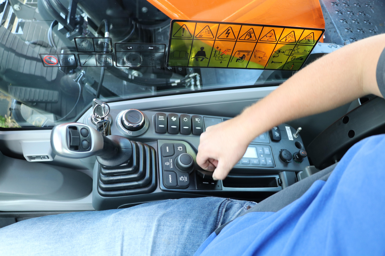De console met handige draaiknop voor bediening van de machinefuncties.