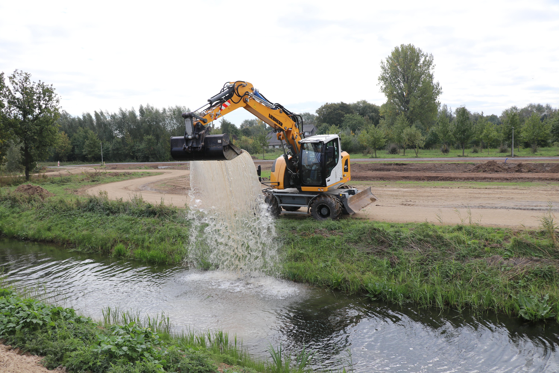 Stevig graven, soepel afwerken of… water scheppen: het kan allemaal met deze machine.