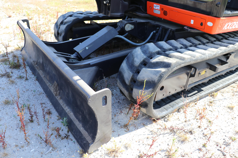 Het zelf aanpassen van de stand van het dozerblad is niet nodig bij deze machine. Je rijdt simpelweg achteruit met het dozerblad in de zweefstand om sporen weg te werken.