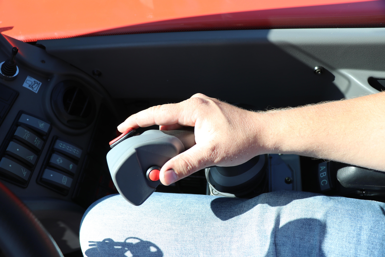 Met de rode knop op de rechterjoystick kun je de gewenste liters vastzetten.