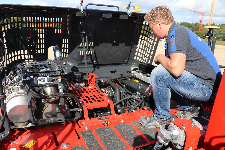 Onder de motorkap zien we de 6 cilinder Komatsu-motor met een vermogen van 123 kW (167 pk), die voldoet aan de Stage IV normen.