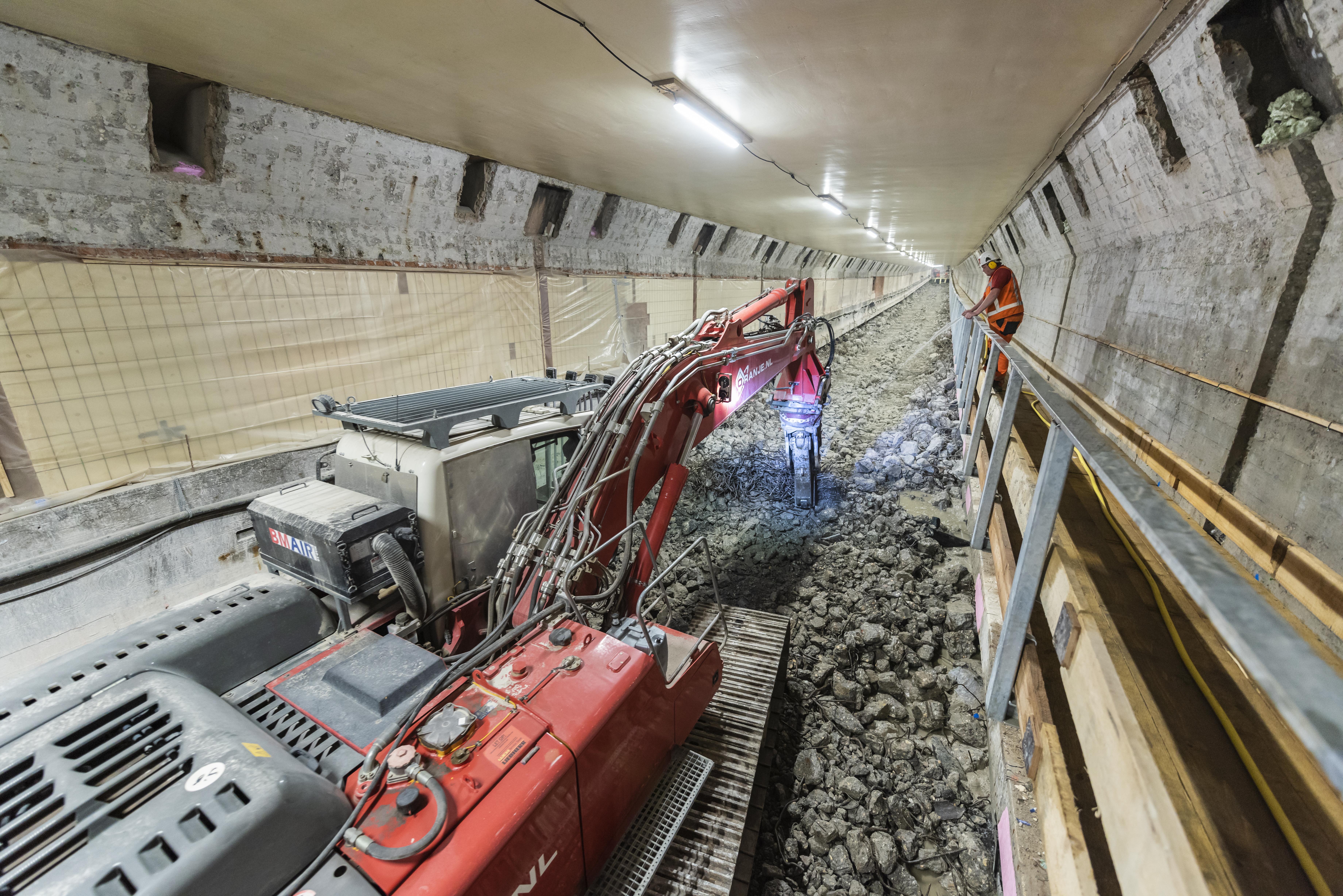 Oranje sloopt rijvloer Maastunnel