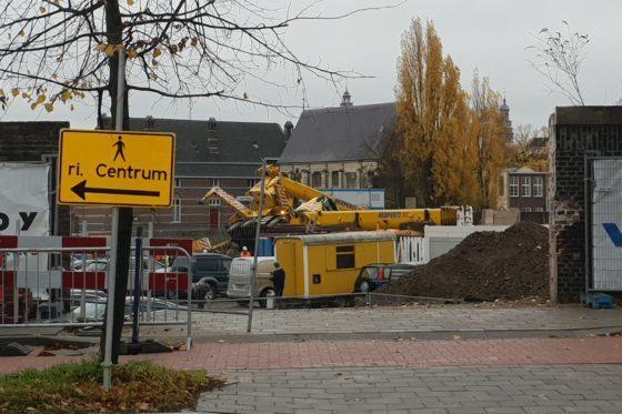 Kraan valt om in Maastricht, waarschijnlijk door fout machinist