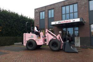 De Schans levert roze Knikmops aan vrouwelijke machinist