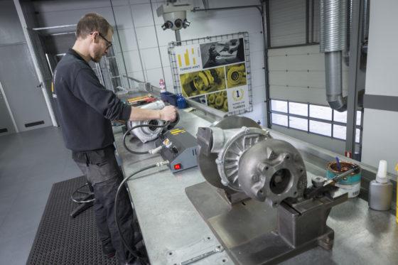FOTOREPORTAGE | Een turbo reviseren, hoe gaat dat? Bekijk het hier, stap voor stap