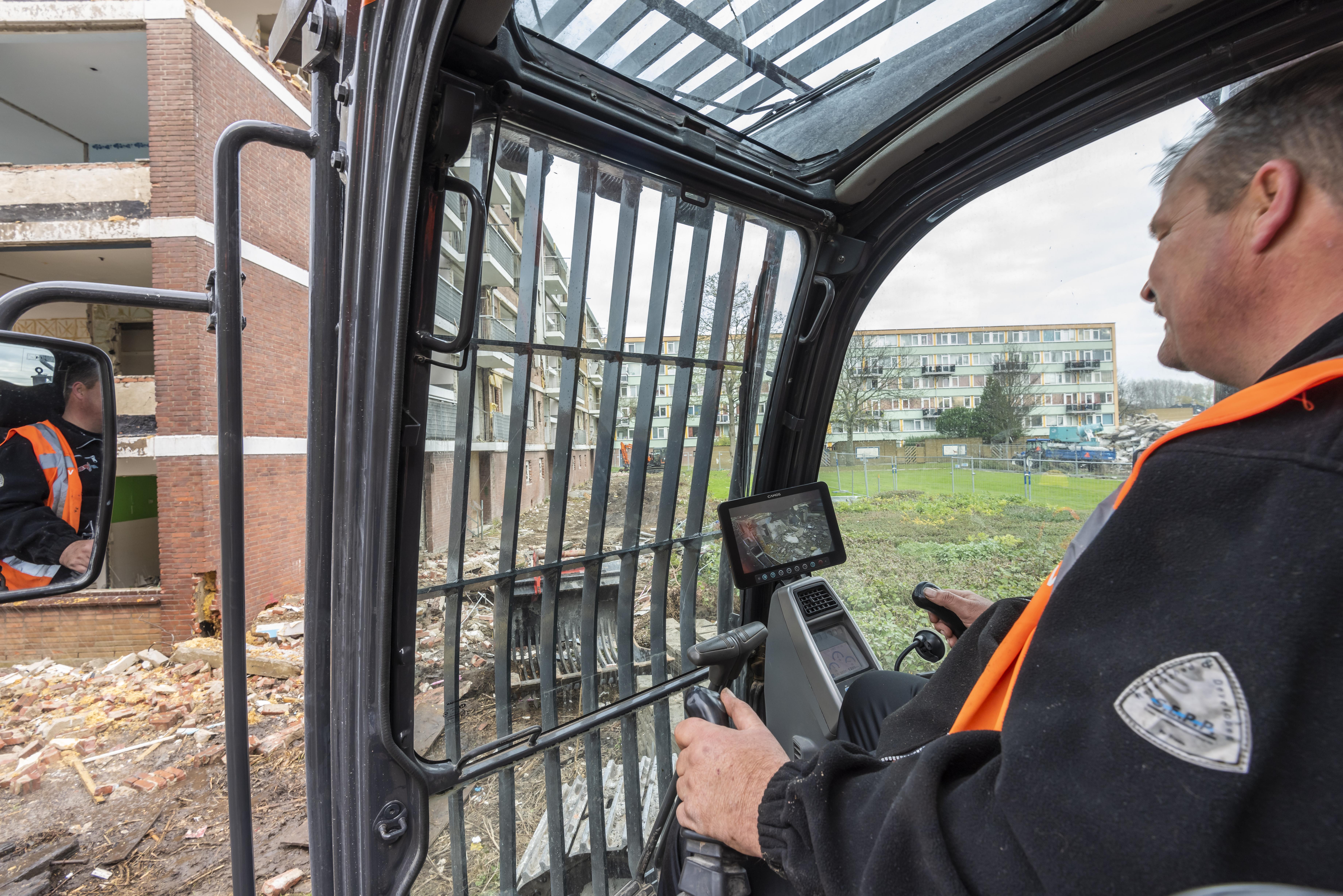 <p>Doosan-dealer Anema bouwde op de lange giek van de machine een camera, zodat machinist Dirk Huijgens via de monitor in de cabine een goed zicht heeft op de werkzaamheden.</p>