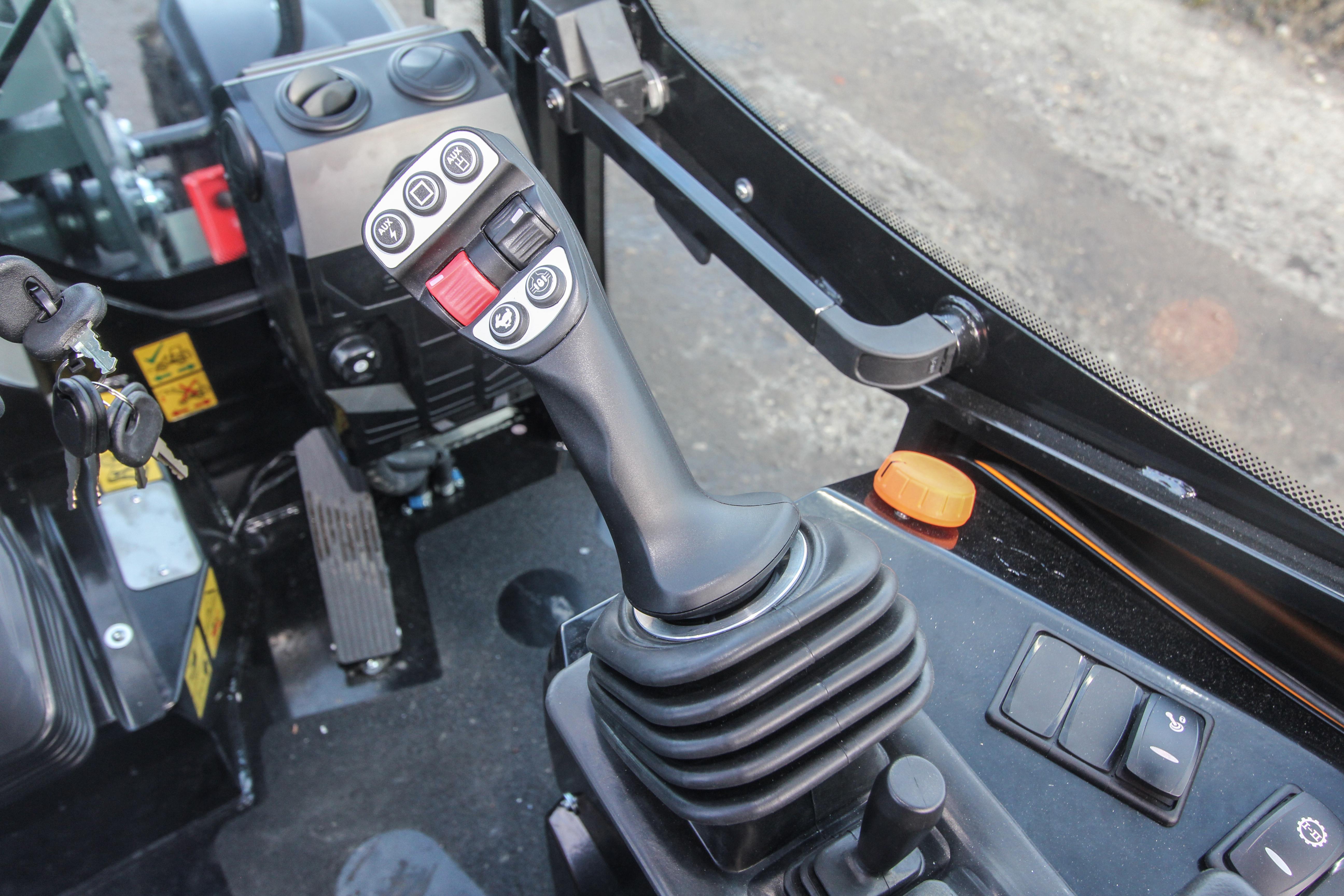 <p>De nieuwe stick herbergt onder andere een schuifje voor een proportionele functie (rechts) én een schuifje met vasthoudfunctie op de achterzijde van de stick. </p>
