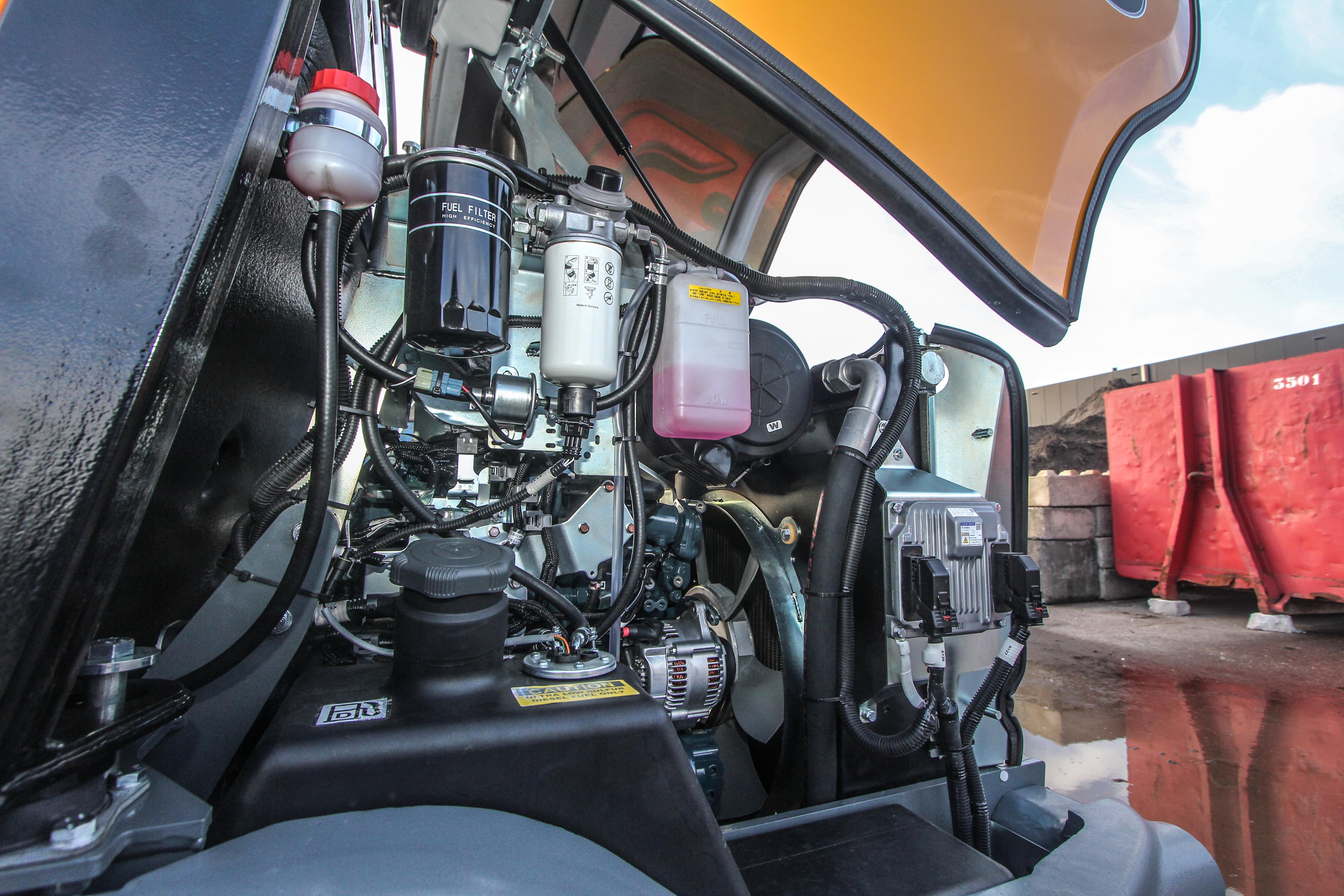 <p>Na het openen van de motorkap zijn alle filters aan de linkerzijde goed bereikbaar en overzichtelijk naast elkaar gegroepeerd. De hydrauliekolie-tank is bereikbaar via de andere zijde. </p>