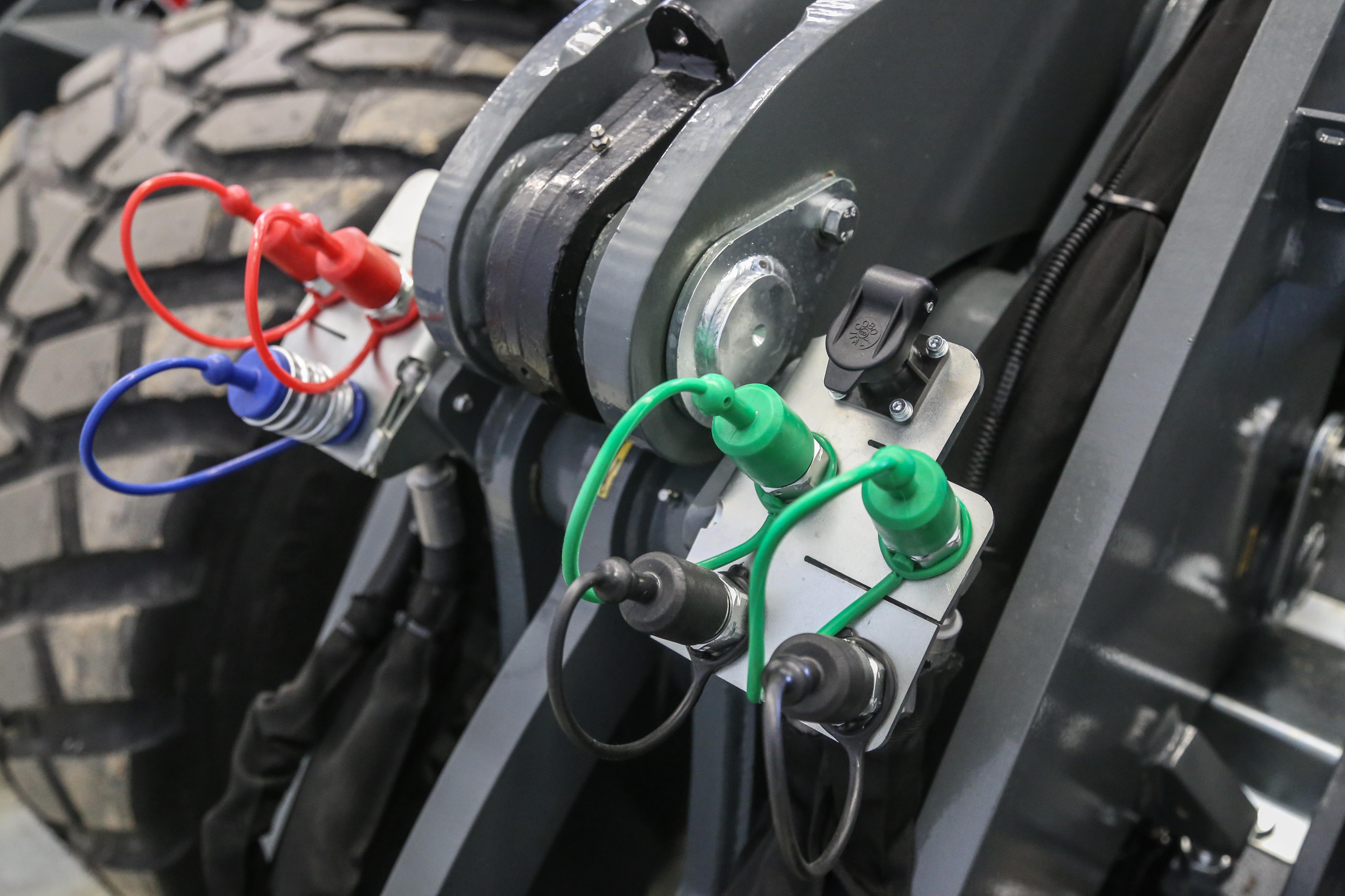 <p>Af fabriek kan Giant veel hydrauliek-opties leveren, zoals een 120 liter-pomp voor de extra functies en tot vijf dubbelwerkende aansluitingen voorop. </p>