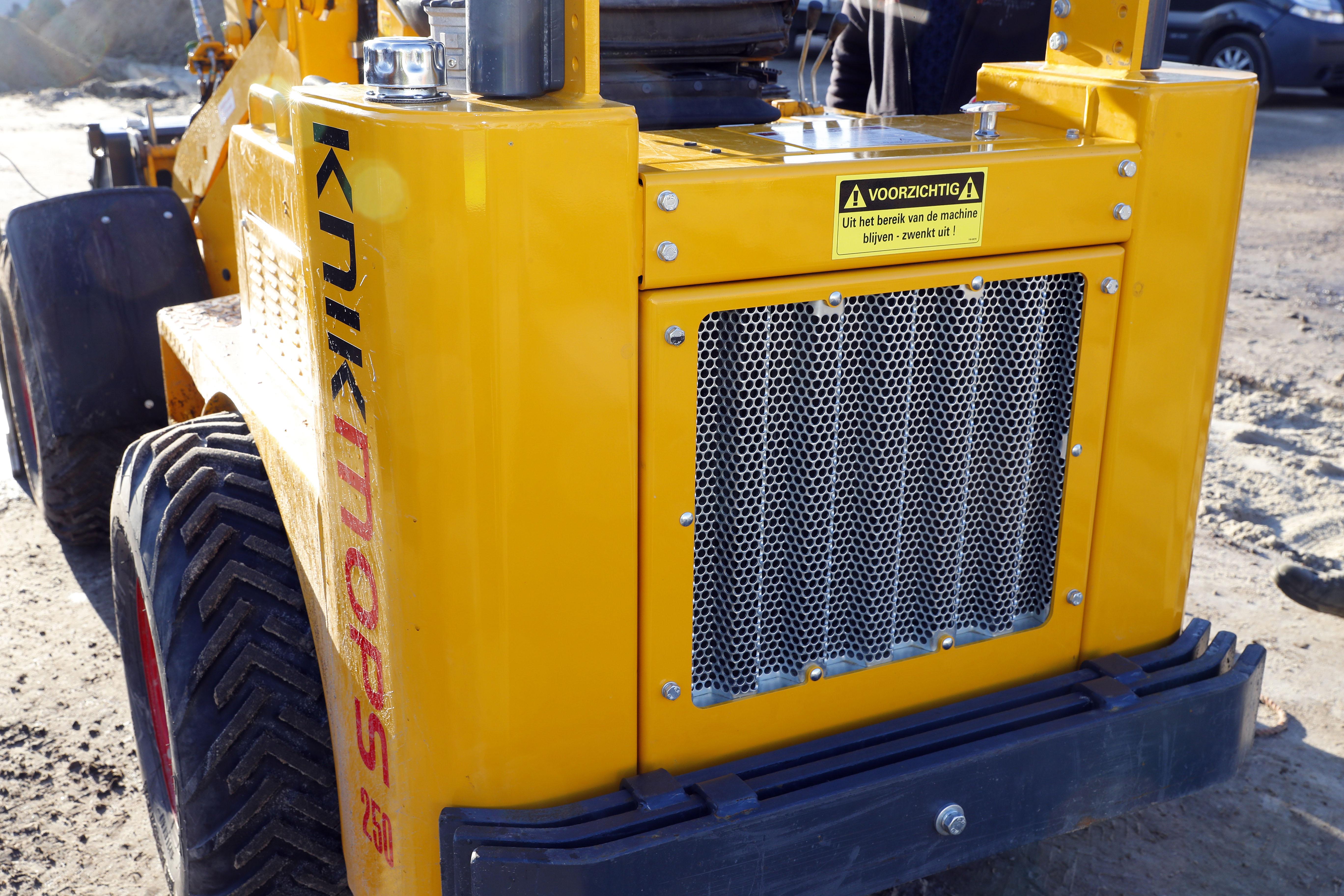 <p>De grille van de nieuwste modellen Knikmops machines is zodanig aangepast dat het koeloppervlakte is vergroot en er minder geluid wordt geproduceerd.</p>