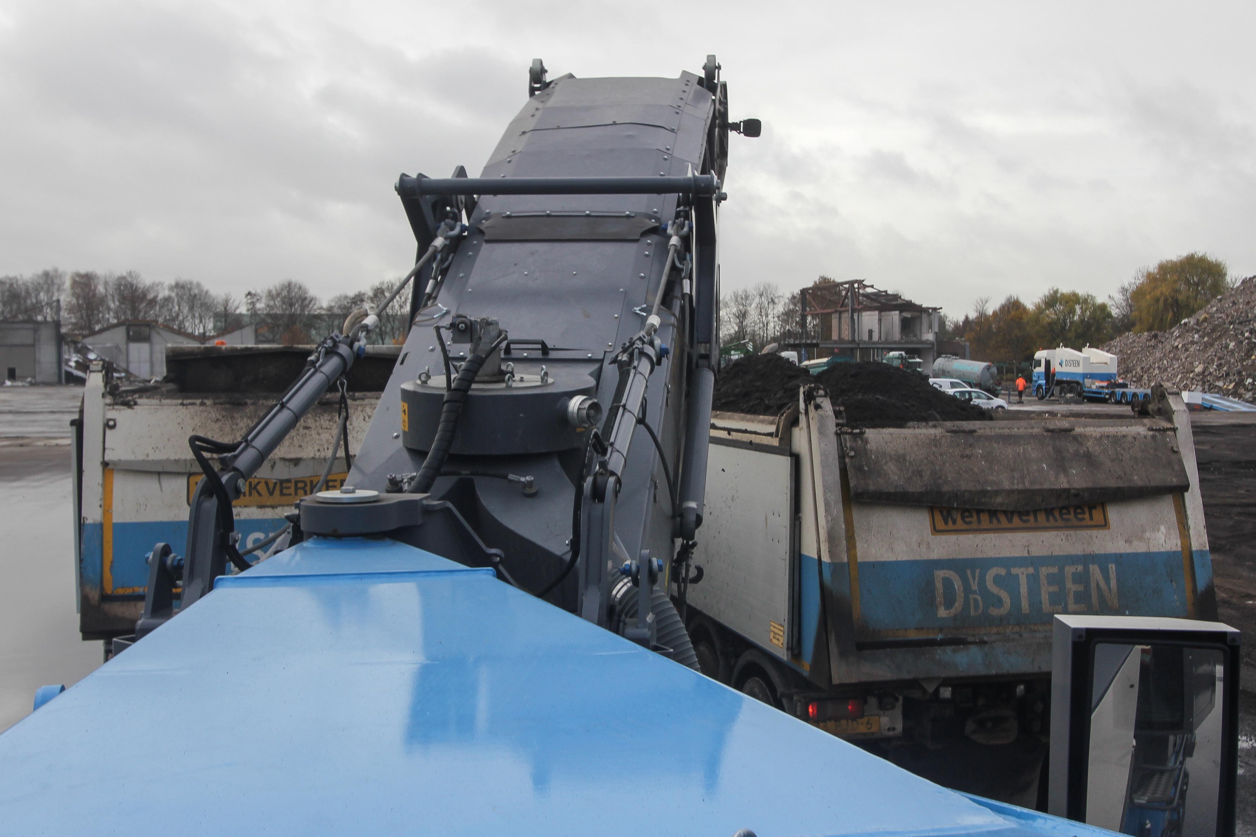 <p>Het frezen gaat continu door. Ook tijdens het wisselen van de vrachtwagens, dan zet Van Peperstraten de afvoerband even stil en vult de freeskast zich tijdelijk.</p>