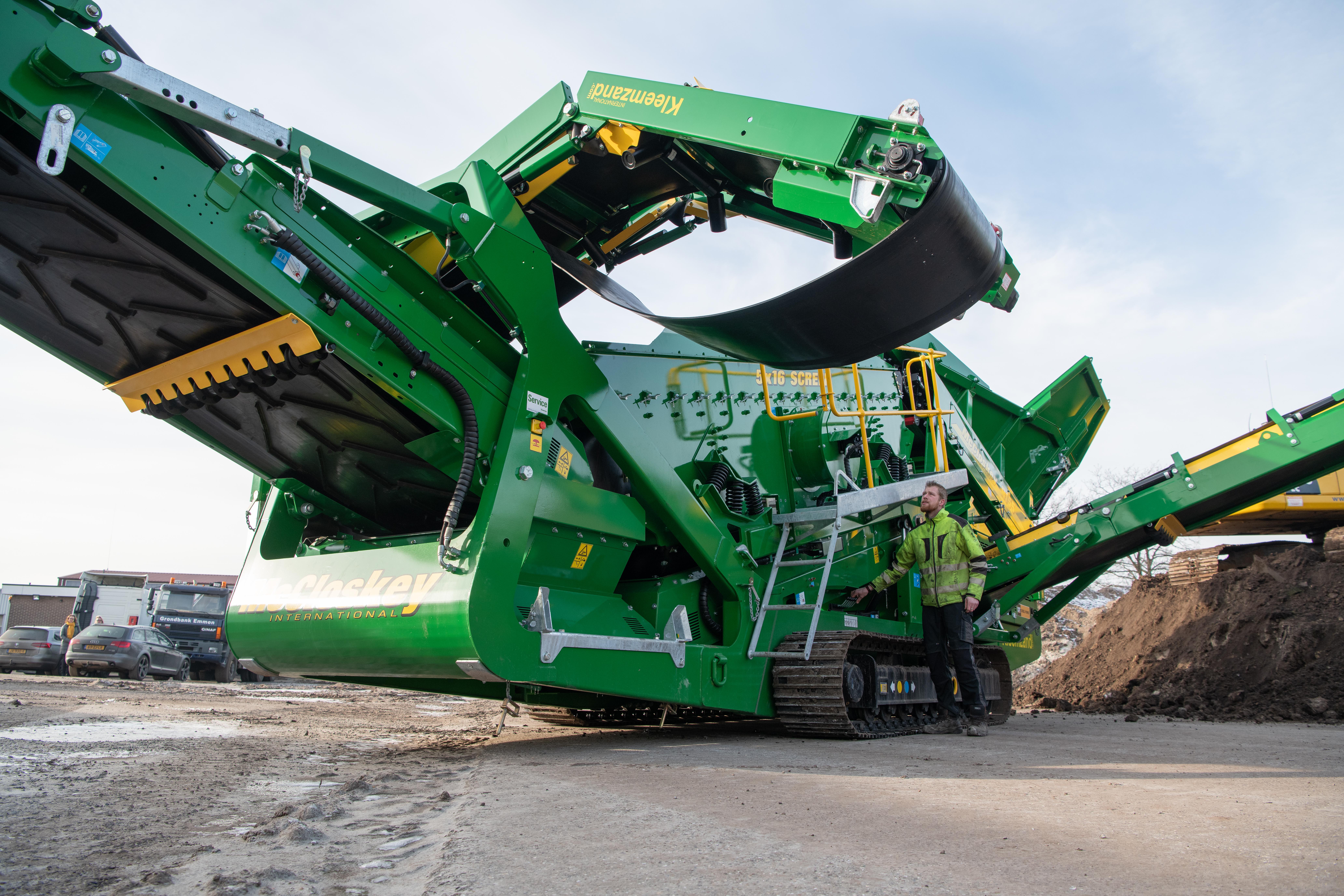 <p>De transportafmetingen van de 32,6 ton zware machine zijn 3,4 meter hoog, 2,9 meter breed en 15,3 meter lang. De machine kan op een euro dieplader vervoerd worden.</p>