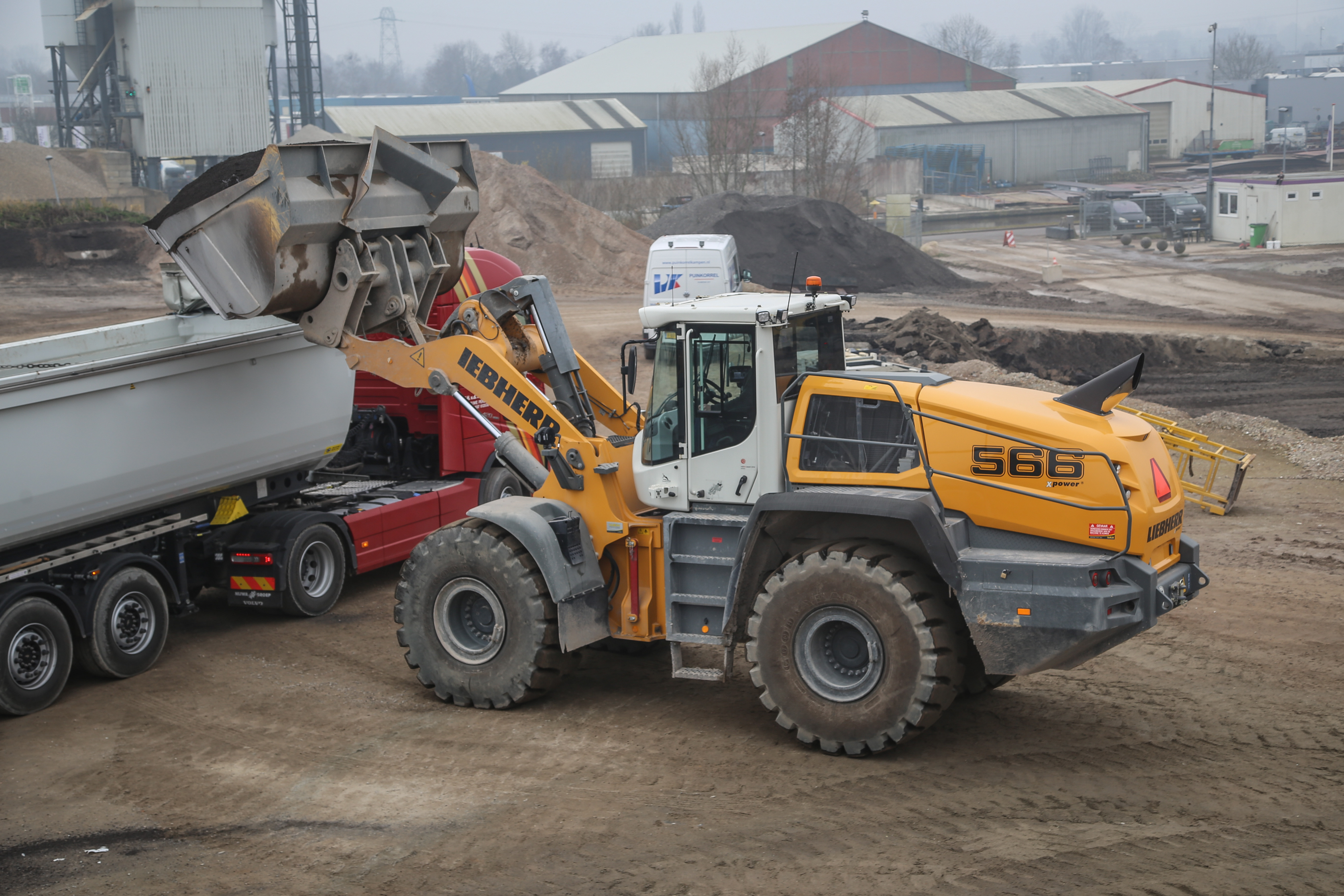 <p>Liebherr L566 Xpower van RMG zit gemiddeld op 15 liter per uur, en zit op 18 à 19 liter per uur bij een drukke dag doorwerken. Dan laadt de machine zo'n 3.000 ton granulaat in vrachtwagens.</p>