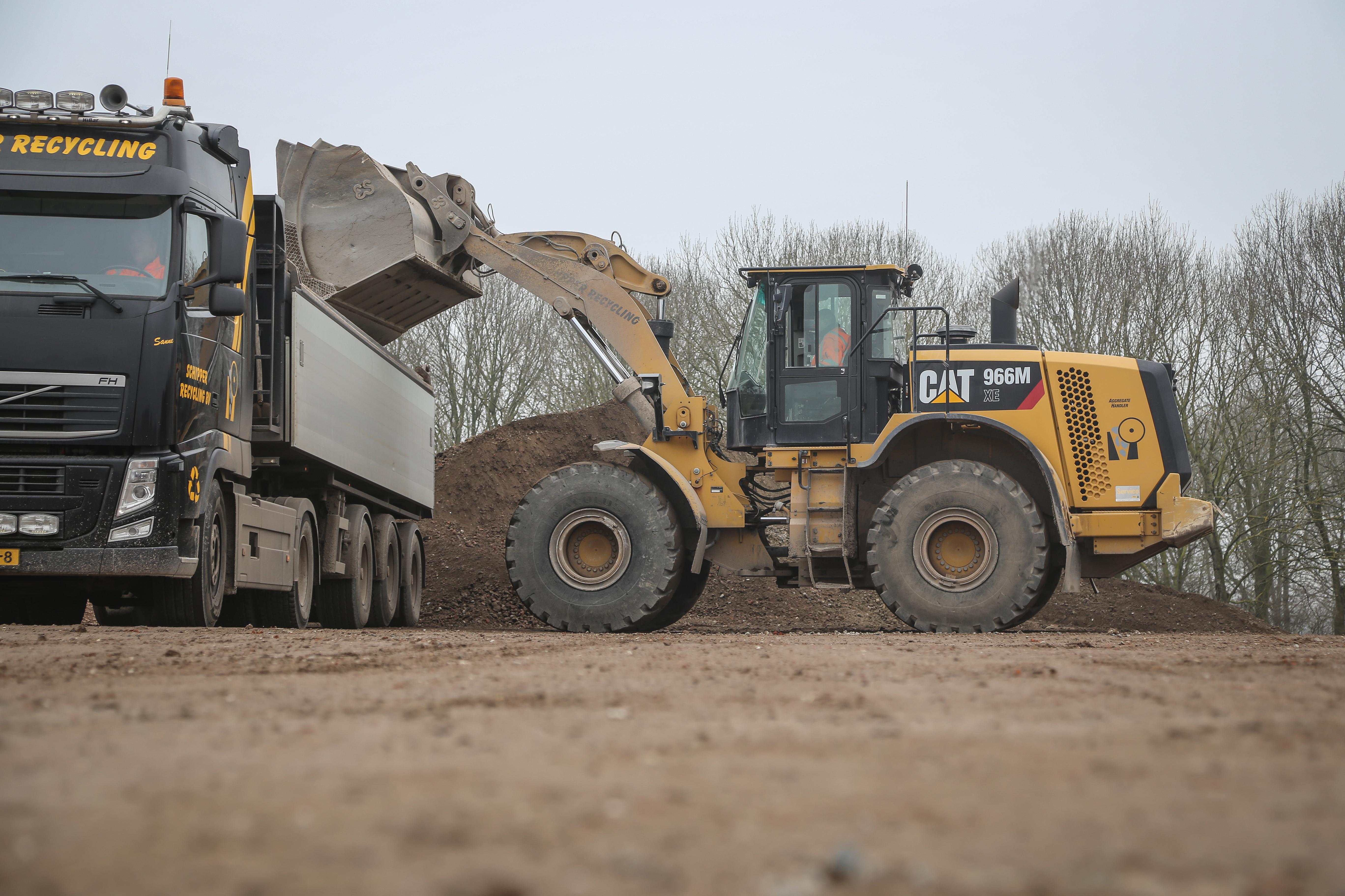 <p>Het verbruik zit bij Schipper Recycling gemiddeld op 15 liter per uur. In de netto werkuren op 18,1 liter per uur volgens de boordcomputer. De wiellader draait bij de eigen puinbreker en zet zo&#8217;n 2000 ton granulaat in depot waarbij men regelmatig ook moet klimmen. Tussentijds rijdt de wiellader zo&#8217;n 500 à 600 ton puin bij.</p>