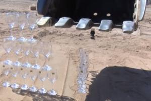 VIDEO | Wijnglazen stapelen met een graafmachine, en nog wat trucs…