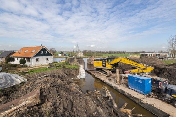 VIDEO |  C.A. de Groot sloopt sluis vanaf ponton