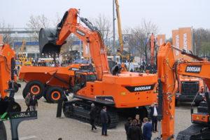 Doosan lanceert 30-tons en 80-tons rupsgraver, en twee nieuwe mini's