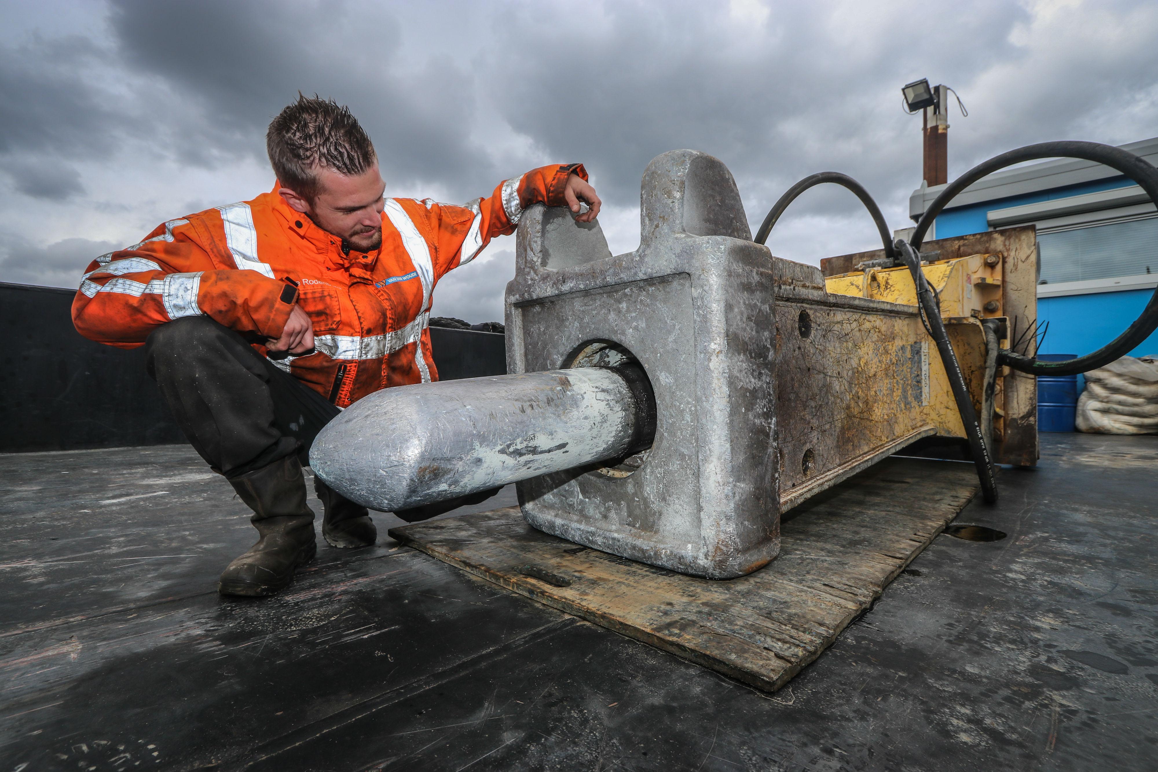 Van der Woude huurt Epiroc HB7000-sloophamer om sluis te slopen