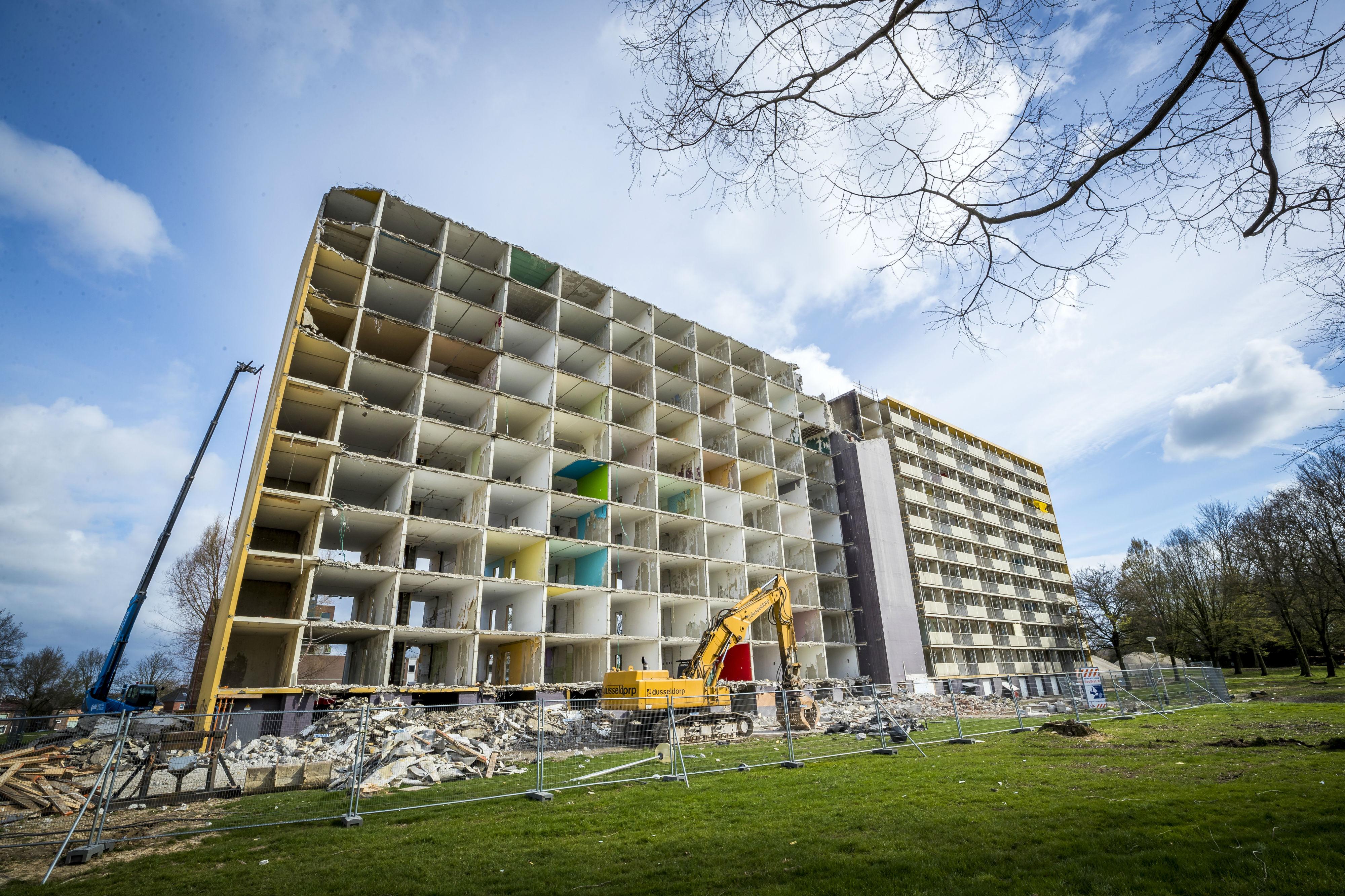 <p>In Bleijerheide, Kerkrade maken vier flats plaats voor 130 woningen. De flat op de foto wordt deels traditioneel gesloopt. Het resterende deel wordt volledig gerenoveerd om te voldoen aan de huidige wooneisen.</p>