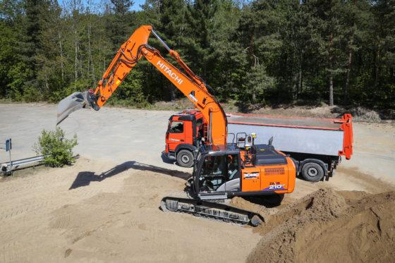 VIDEO | Test BouwMachines: semi-automatisch graven met Hitachi ZX210LCX-6
