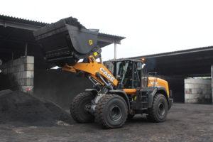 Case 1021G aan het werk in de kolenoverslag