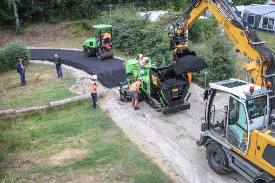 Van Beek asfalteert smalle stroken met unieke AP255: werkplezier is belangrijker dan geld