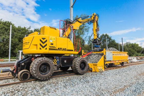 VIDEO | Atlas spoorwegmachine met flatlorrie voor Peter van der Meer