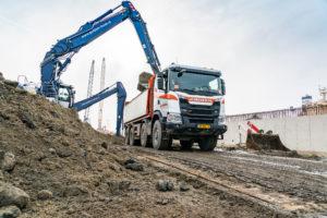 Scania's 8×8 voeren grond af voor werk aan zeesluis Terneuzen